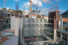 """<div style=""""text-align:center; color:white;""""><div style=""""font-size:17px; """">Centre de Congrès de Porto Santo</div><br>Client: Sociedade de Desenvolvimento de Porto Santo SA<br>Année: 2001 – 2003</div>"""