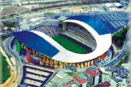 """<div style=""""text-align:center; color:white;""""><div style=""""font-size:17px; """">Stade Municipal de Leiria</div><br>Client: Leirisport<br>Année: 2001 – 2003</div>"""