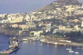 """<div style=""""text-align:center; color:white;""""><div style=""""font-size:17px; """">Accès Ouest à la connexion routière au Port de Funchal*</div><br>Client: Governo Regional da Madeira<br>Année: 2001 – 2004</div>"""