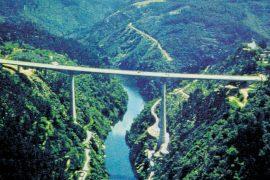 """<div style=""""text-align:center; color:white;""""><div style=""""font-size:17px; """">Pont sur le Zêzere sur l'IC8</div><br>Client: Junta Autónoma de Estradas<br>Année: 1993 – 1995</div>"""
