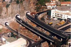 """<div style=""""text-align:center; color:white;""""><div style=""""font-size:17px; """">Pont sur la Ribeira Brava</div><br>Cliente: ASRESA (R.A. Madeira)<br>Année: 1994 – 1996</div>"""