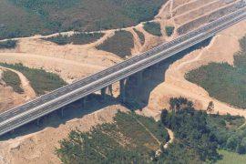 """<div style=""""text-align:center; color:white;""""><div style=""""font-size:17px; """">Viaduct de Santa Cristina</div><br>Client: Brisa<br>Année: 1996 – 1998</div>"""