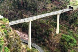 "<div style=""text-align:center; color:white;""><div style=""font-size:17px; "">Pont sur la Ribeira da Boa Hora</div><br>Cliente: SRESA (R.A. Madeira)<br>Année: 1991 – 1994</div>"