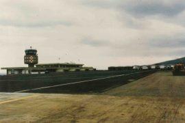 """<div style=""""text-align:center; color:white;""""><div style=""""font-size:17px; """">Aéroport du Funchal</div><br>Client: Dir. GARAM<br>Année: 1989 – 1990</div>"""