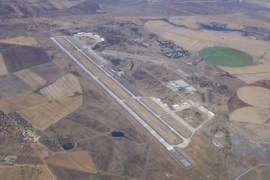 """<div style=""""text-align:center; color:white;""""><div style=""""font-size:17px; """">Pista da Base Aérea de Beja</div><br>Cliente: Dir. de Serviços e Infra-Estrutura da Força Aérea<br>Ano: 1963 – 1971</div>"""