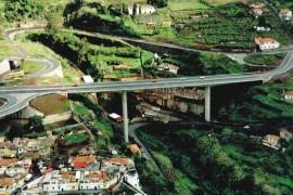 """<div style=""""text-align:center; color:white;""""><div style=""""font-size:17px; """"> Ponte sobre a Ribeira João Gomes</div><br>Cliente:  SRESA (R.A. Madeira)<br>Ano: 1991 – 1994</div>"""