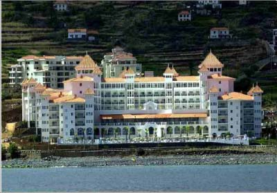 "<div style=""text-align:center; color:white;""><div style=""font-size:17px; "">Hotel  Riu *</div><br>Cliente: Riu Hotels<br>Ano: 1999 – 2001</div>"