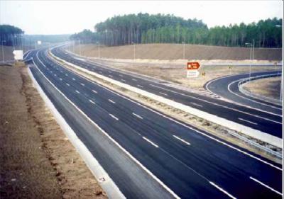 """<div style=""""text-align:center; color:white;""""><div style=""""font-size:17px; """">Concessão, Projecto e Construção dos lanços A8 / IC1 / IC9 / C. Rainha / M. Grande / Leiria e A15-IP6 / EN115/ Rio Maior / Santarém *</div><br>Cliente: Auto-Estradas do Atlântico<br>Ano: 2000 – 2002</div>"""