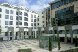 """<div style=""""text-align:center; color:white;""""><div style=""""font-size:17px; """">Edifício Arriaga</div><br>Cliente: Construtora do Tâmega<br>Ano: 2001 – 2004</div>"""