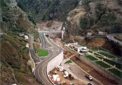 """<div style=""""text-align:center; color:white;""""><div style=""""font-size:17px; """">ER101 – S. Vicente / Porto Moniz, 4º fase *</div><br>Cliente: Governo Regional da Madeira<br>Ano: 2004 – 2005</div>"""