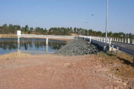 "<div style=""text-align:center; color:white;""><div style=""font-size:17px; "">Barragem dos Álamos III*</div><br>Cliente: EDIA<br>Ano: 2004 – 2006</div>"