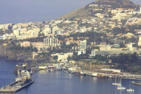 """<div style=""""text-align:center; color:white;""""><div style=""""font-size:17px; """">Acesso Oeste à ligação ao Porto do Funchal*</div><br>Cliente: Governo Regional da Madeira<br>Ano: 2001 – 2004</div>"""