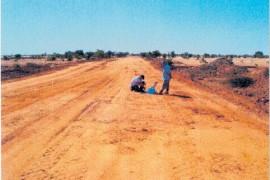 """<div style=""""text-align:center; color:white;""""><div style=""""font-size:17px; """">Kaédi-Gouraye Road (Mauritânia)</div><br>Cliente: Ministério do Equipamento e dos Transportes <br>Ano: 2007- 2013</div>"""