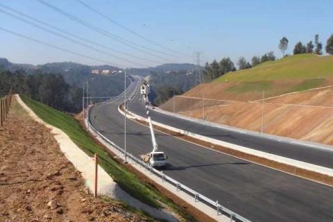 "<div style=""text-align:center; color:white;""><div style=""font-size:17px; "">A41 – Aguiar de Sousa – Picoto / Ermida</div><br>Cliente: Auto Estradas Douro <br>Ano: 2007- 2011</div>"