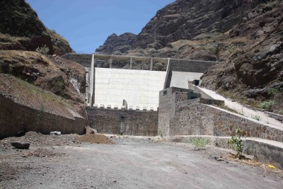 """<div style=""""text-align:center; color:white;""""><div style=""""font-size:17px; """">Barragem de Canto Cagarra e Rede de Adução no Concelho de Ribeira Grande, Ilha de Santo Antão</div><br>Cliente: Ministério do Desenvolvimento Rural, Governo de Cabo Verde (Cabo Verde)<br>Ano:2012 -2014</div>"""