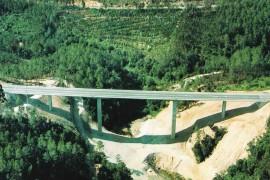 """<div style=""""text-align:center; color:white;""""><div style=""""font-size:17px; """">Ponte sobre a Ribeira da Lomba</div><br>Cliente: JAE – Junta Autónoma de Estradas<br>Ano: 1992 – 1993</div>"""
