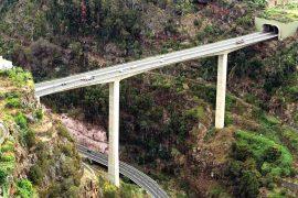 """<div style=""""text-align:center; color:white;""""><div style=""""font-size:17px; """">Bridge over Ribeira da Boa Nova</div><br>Client: SRESA (R.A. Madeira)<br>Ano: 1991 – 1994</div>"""