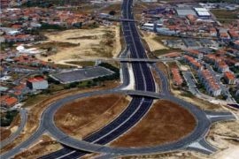 "<div style=""text-align:center; color:white;""><div style=""font-size:17px; "">Padre Cruz / Intersection with CRIL (Lisbon Ring Road)</div><br>Client: EP – Estradas de Portugal, SA <br>Year: 2007 – 2007</div>"