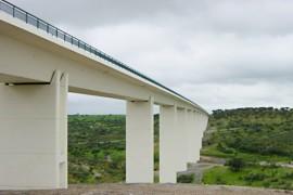 "<div style=""text-align:center; color:white;""><div style=""font-size:17px; "">Bridge over Ribeira de Alcarrache *</div><br>Cliente: EDIA<br>Ano: 1999 – 2000</div>"