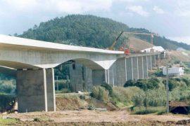 """<div style=""""text-align:center; color:white;""""><div style=""""font-size:17px; """">Bridge over Ribeira de Alfeizerão</div><br>Client: Auto-Estradas do Atlântico SA<br>Year: 2000 – 2001</div>"""
