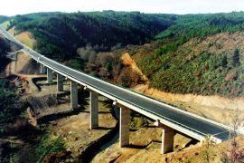 "<div style=""text-align:center; color:white;""><div style=""font-size:17px; "">Bridge over Ribeira de Pera</div><br>Client: JAE – Junta Autónoma de Estradas <br>Year: 1992 – 1993</div>"