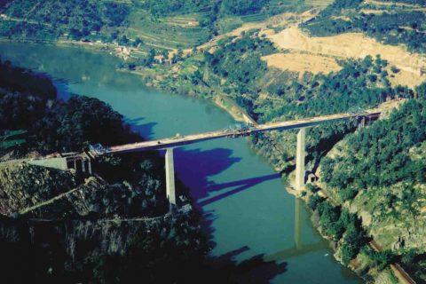 """<div style=""""text-align:center; color:white;""""><div style=""""font-size:17px; """">Pont sur le Douro à Resende</div><br>Client: Câmaras Municipais de Baião e Resende<br>Année: 1996 – 1998</div>"""