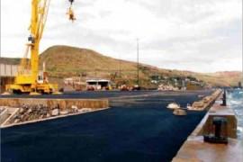 """<div style=""""text-align:center; color:white;""""><div style=""""font-size:17px; """">Terminal Marítimo do Caniçal *</div><br>Cliente: Governo Regional da Madeira<br>Ano: 1990 – 1994</div>"""