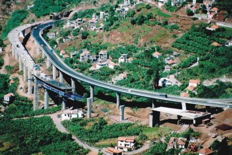 """<div style=""""text-align:center; color:white;""""><div style=""""font-size:17px; """">Viaduto da Amoreira</div><br>Cliente: SRESA (R.A. Madeira)<br>Ano: 1994 – 1995</div>"""
