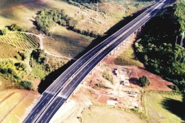 "<div style=""text-align:center; color:white;""><div style=""font-size:17px; "">Viaduto sobre a Ribeira da Moita (A15)</div><br>Cliente: Auto-Estradas do Atlântico SA<br>Ano: 2000 – 2001</div>"
