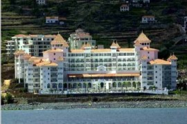 "<div style=""text-align:center; color:white;""><div style=""font-size:17px; "">Hotel  Riu *</div><br>Cliente: Riu Hotels<br>Ano: 1999 – 2001</div>"