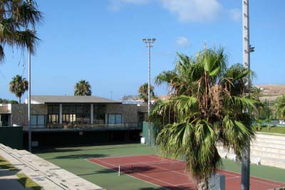 """<div style=""""text-align:center; color:white;""""><div style=""""font-size:17px; """">Complexo de Campo de Ténis de Porto Santo</div><br>Cliente: Sociedade de Desenvolvimento de Porto Santo SA<br>Ano: 2004 – 2004</div>"""