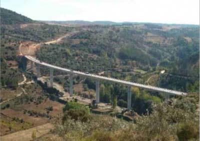 """<div style=""""text-align:center; color:white;""""><div style=""""font-size:17px; """"> Ponte Internacional Quintanilha</div><br>Cliente:  EP, Estradas de Portugal, E.P.E <br>Ano: 2008 – 2008</div>"""