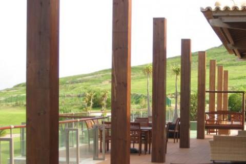 """<div style=""""text-align:center; color:white;""""><div style=""""font-size:17px; """">Club House de Campo de Golf do Porto Santo</div><br>Cliente: Sociedade de Desenvolvimento de Porto Santo SA<br>Ano: 2001 – 2004</div>"""