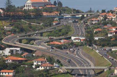 """<div style=""""text-align:center; color:white;""""><div style=""""font-size:17px; """">Via Rápida Câmara Lobos/Quinta Grande</div><br>Cliente: Junta Autónoma de Estradas<br>Ano: 1993 – 1997</div>"""