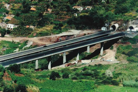 """<div style=""""text-align:center; color:white;""""><div style=""""font-size:17px; """">Ponte sobre a Ribeira dos Melões</div><br>Cliente: ASRESA (R.A. Madeira)<br>Ano: 1994 – 1996</div>"""