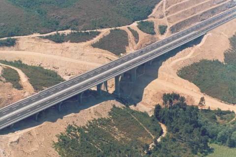 """<div style=""""text-align:center; color:white;""""><div style=""""font-size:17px; """">Viaduto de Santa Cristina</div><br>Cliente: Brisa<br>Ano: 1996 – 1998</div>"""