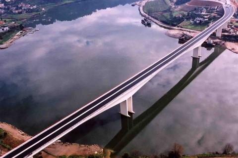 """<div style=""""text-align:center; color:white;""""><div style=""""font-size:17px; """">Ponte sobre o Rio Douro (Entre-os-Rios)</div><br> Cliente: ICOR<br>Ano: 2001 – 2003</div>"""
