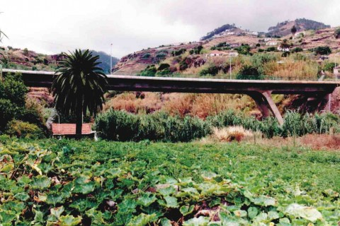 """<div style=""""text-align:center; color:white;""""><div style=""""font-size:17px; """">Viaduto sobre a Ribeira do Caniço</div><br>Cliente: SRESA (R.A. Madeira)<br>Ano: 1992 – 1993</div>"""