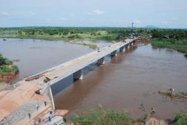 """<div style=""""text-align:center; color:white;""""><div style=""""font-size:17px; """">Ponte sobre o Rio Lugela (Moçambique)</div><br>Cliente: Administração Nacional de Estradas<br>Ano: 2006 – 2007</div>"""